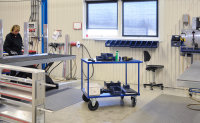Tischwagen, 2 Ebenen, 1000 x 700 mm, 500 kg Tragfähigkeit, Blau / MDF, braun, ohne Bremsen